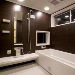 白壁と木の家 (バスルーム)