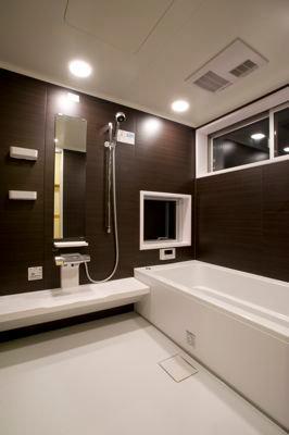 白壁と木の家の写真 バスルーム