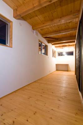 白壁と木の家 (白壁と木の洋室)