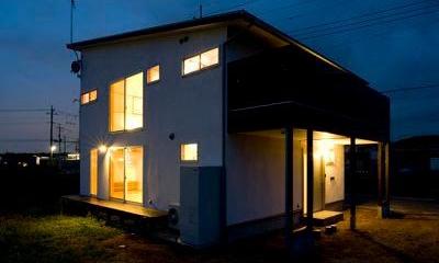 白壁と木の家 (バルコニーのある外観 (夜景))