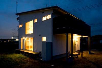 バルコニーのある外観 (夜景) (白壁と木の家)
