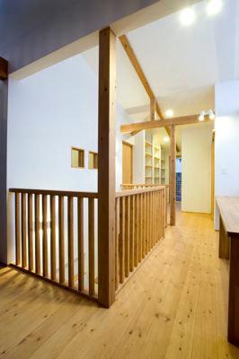 白壁と木の家の写真 2階廊下