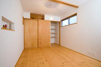 白壁と木の家の写真 洋室