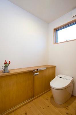 白壁と木の家の写真 トイレ