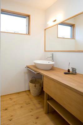 白壁と木の家の写真 洗面エリア