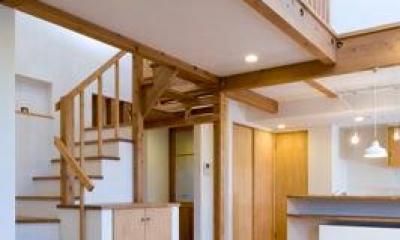 白壁と木の家 (吹き抜けで開放的なLDK)