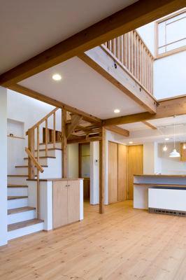 白壁と木の家の写真 吹き抜けで開放的なLDK