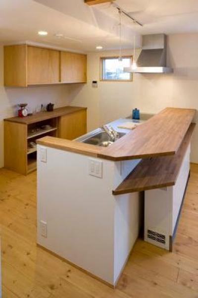 カウンターキッチン (白壁と木の家)