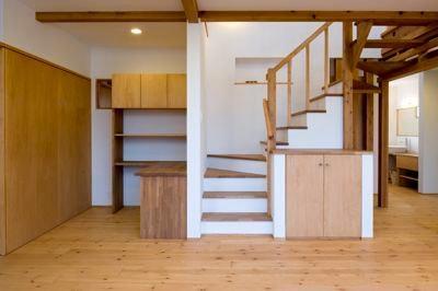 書斎・階段 (白壁と木の家)