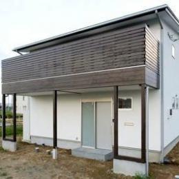白壁と木の家 (バルコニーのある外観 1)