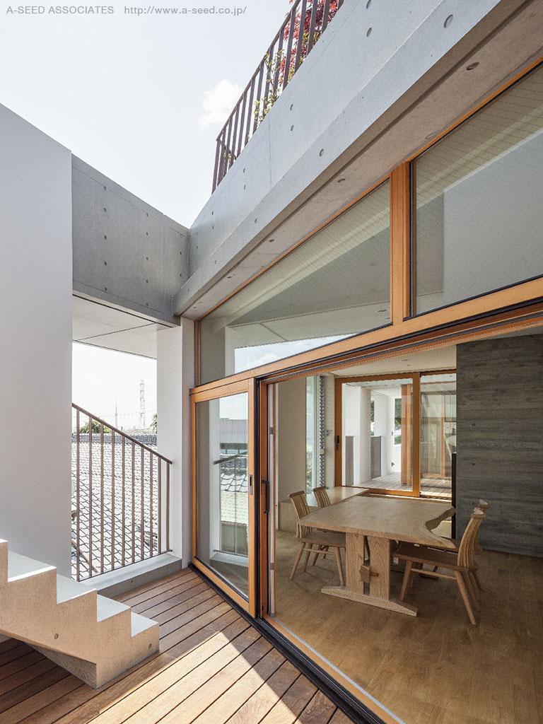 庭と共に時を刻む家「Garden on garden」の部屋 リビングと一体感のあるウッドデッキテラス