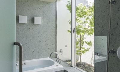 庭と共に時を刻む家「Garden on garden」 (コンクリートのバスルーム)
