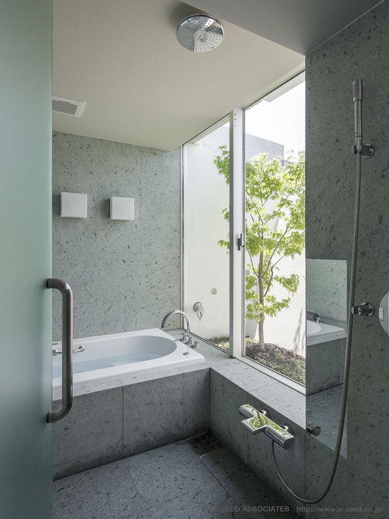 庭と共に時を刻む家「Garden on garden」の部屋 コンクリートのバスルーム