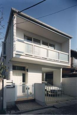 ローコストなデザイン住宅 (白い外観)