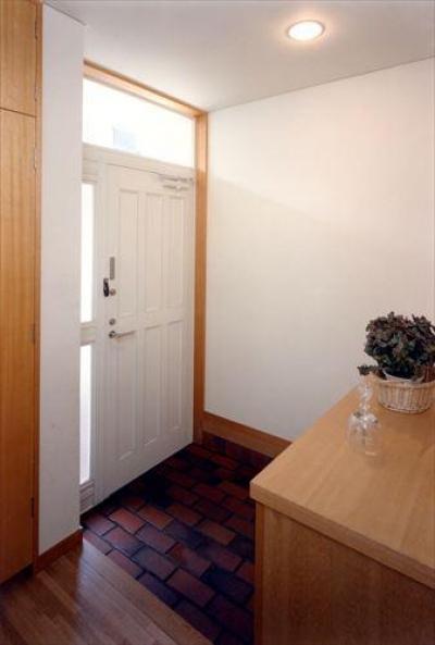 ローコストなデザイン住宅 (明るい玄関)