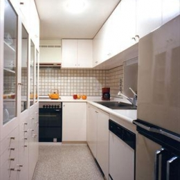 ローコストなデザイン住宅 (収納たっぷりの白いキッチン)