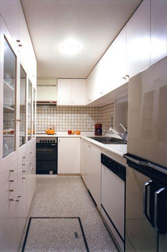 ローコストなデザイン住宅の部屋 収納たっぷりの白いキッチン