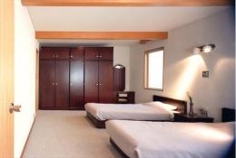 ローコストなデザイン住宅 (シンプルで落ち着く寝室)