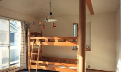 ローコストなデザイン住宅 (バルコニーに繋がる子供部屋)