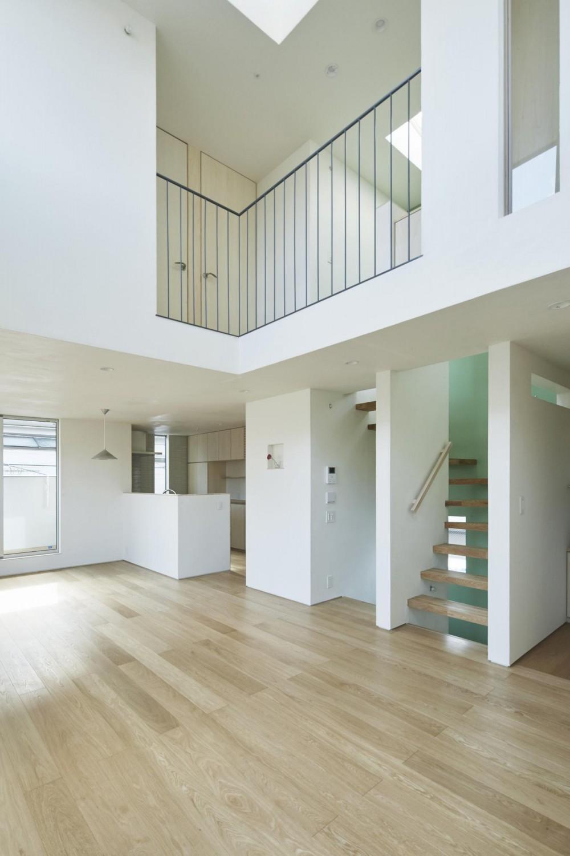 要町の家 吹抜けを通して光が溢れる家 (2階と3階の距離を縮める吹抜け)