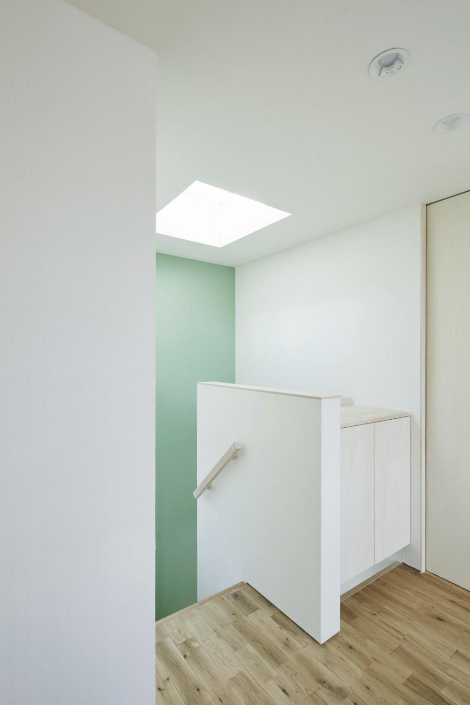 要町の家 吹抜けを通して光が溢れる家 (1階まで光を届ける階段の天窓)