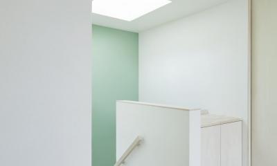 1階まで光を届ける階段の天窓|要町の家 吹抜けを通して光が溢れる家
