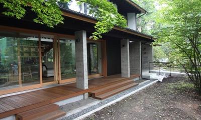 林の中の水平(軽井沢の別荘) (広々とした中庭)