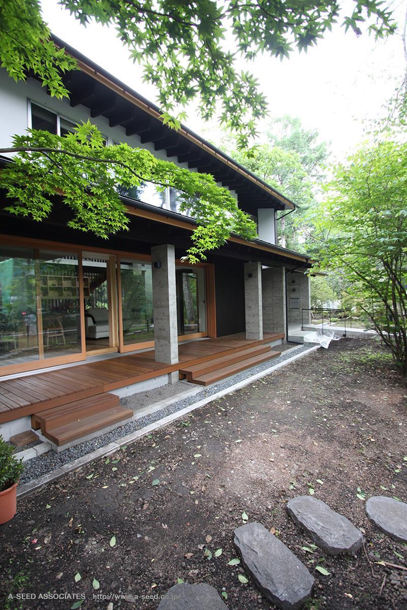 林の中の水平(軽井沢の別荘)の部屋 広々とした中庭