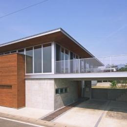 KAH 東西へ伸びる住宅 (前面道路より建物本体を眺める)