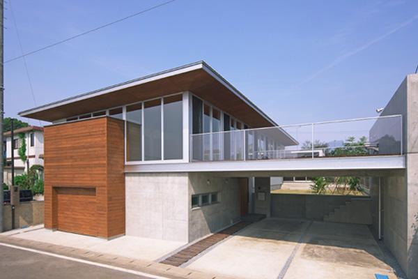 KAH 東西へ伸びる住宅の写真 前面道路より建物本体を眺める