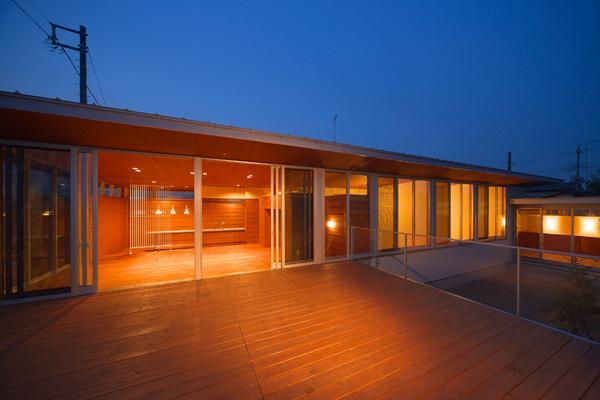 KAH 東西へ伸びる住宅の写真 デッキより建物本体を眺める