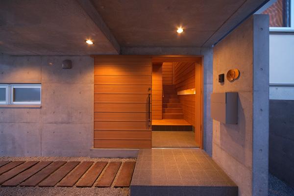 KAH 東西へ伸びる住宅の写真 玄関を見る