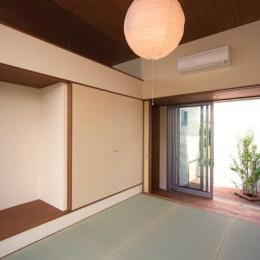 和室より廊下を通してコートを望む (KAH 東西へ伸びる住宅)