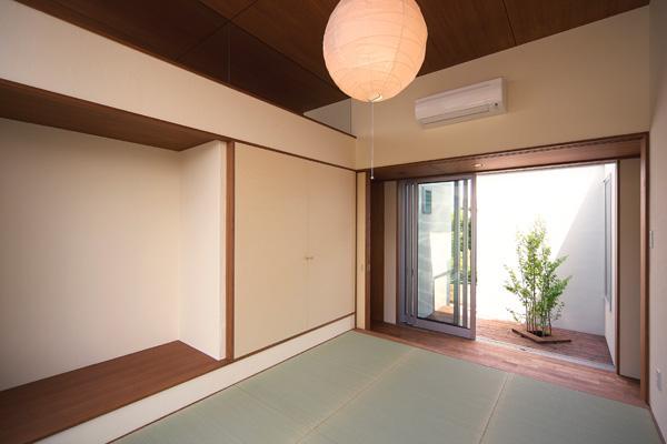 KAH 東西へ伸びる住宅の写真 和室より廊下を通してコートを望む