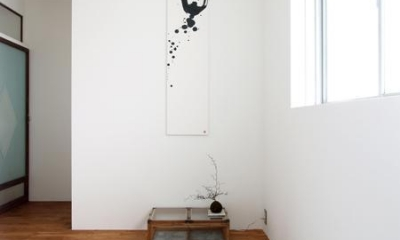 Doux-古道具の存在感が引き立つ家 (玄関)