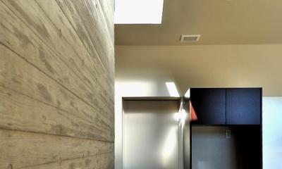 Y-HOUSE|豊かなリビング空間とテラスのあるRC平屋建て| (リビングとトップライト)