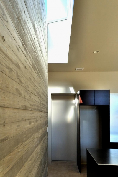 リビングとトップライト (Y-HOUSE|豊かなリビング空間とテラスのあるRC平屋建て|)