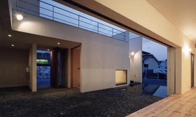 中庭と水盤のある家02