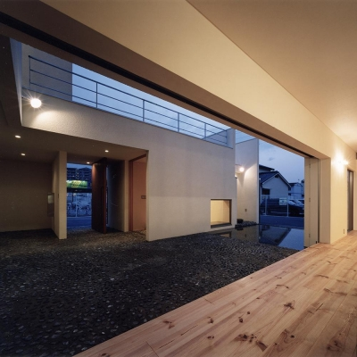 リビングより水盤のある中庭と離れ和室を見る (中庭と水盤のある家|上新田の家)