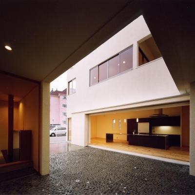 中庭から4mステンレス無垢坂キッチン・離れ和室を見る (中庭と水盤のある家|上新田の家)