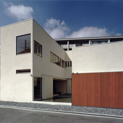 中庭と水盤のある家|上新田の家 (外観01 木製大型引戸を開放し中庭と繋がる)