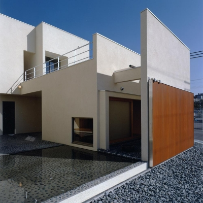 外観02 木製大型引戸を開放し中庭と繋がる (中庭と水盤のある家|上新田の家)