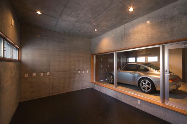 KAH 東西へ伸びる住宅の写真 地下書斎よりガレージを望む