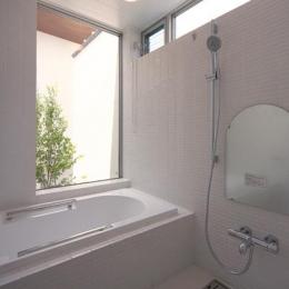 KAH 東西へ伸びる住宅 (浴室よりコートを見る)