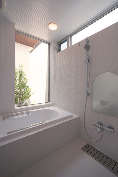 KAH 東西へ伸びる住宅の写真 浴室よりコートを見る
