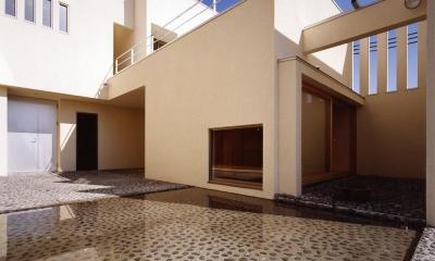 中庭と水盤のある家|上新田の家 (中庭と水盤01 離れ和室側を見る 砕石の洗い出し土間)