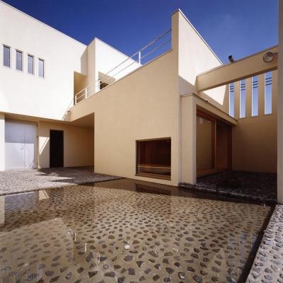 中庭と水盤01 離れ和室側を見る 砕石の洗い出し土間 (中庭と水盤のある家|上新田の家)