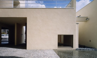 中庭と水盤のある家|上新田の家 (中庭と水盤02 離れ和室側 屋上テラスからの雨水が水盤へ注ぐ)