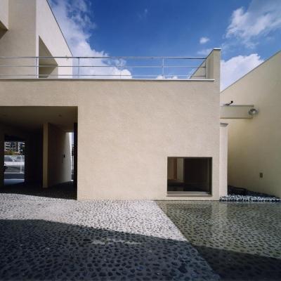中庭と水盤02 離れ和室側 屋上テラスからの雨水が水盤へ注ぐ (中庭と水盤のある家|上新田の家)