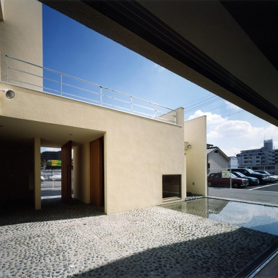 中庭と水盤03 玄関回転扉と木製大型引戸を開放 街路空間と繋がる 上部は屋上テラス (中庭と水盤のある家|上新田の家)